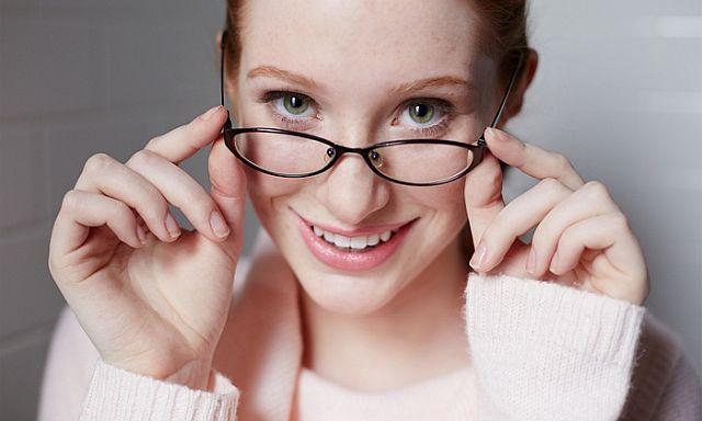 Как правильно должны сидеть очки на носу