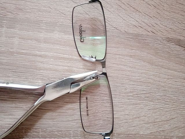 Выравнивание носоупора в очках плоскогубцами